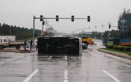 昨日下午4时许,一货车途经晋江世纪大道时,因雨天路滑,侧翻在马路上