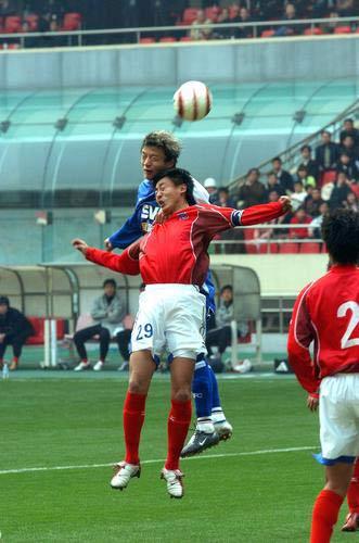 图文:申花主场2-0击败青岛 谢晖头球攻门瞬间