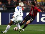 图文:冠军联赛AC米兰VS国米 卡卡与对方拼抢