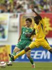 图文:广州4-0成都 昂达与广州队黎志星拼抢