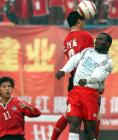 图文:厦门蓝狮胜河南建业 双方队员争抢头球