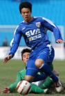 图文:北京4-0申花 杨昊铲断