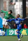 图文:北京4-0申花 崔威与谢晖争抢头球
