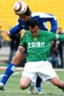 图文:北京4-0申花 陶伟争抢头球