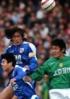 图文:北京4-0申花 双方球员在比赛中争顶