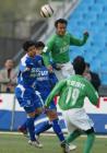 图文:北京4-0申花 孙祥与徐云龙争顶