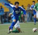 图文:北京4-0申花 谢晖争抢
