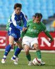 图文:北京4-0申花 孙吉与陶伟争抢