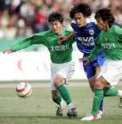 图文:北京4-0申花 杜威与现代队队员拼抢