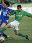 图文:北京4-0申花 耶利奇拼抢