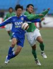 图文:北京4-0申花 徐云龙拼抢