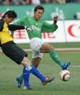 图文:北京4-0申花 高雷雷拼抢