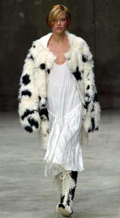 白色裙子与毛皮披肩搭配