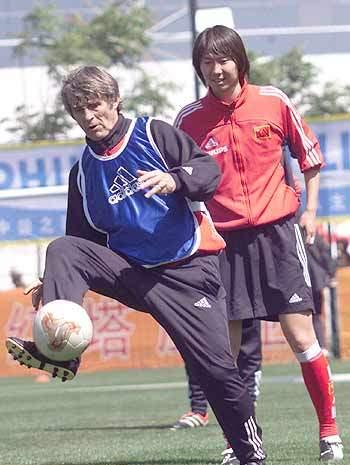 2002年4月21日,备战2002韩日世界杯的中国国家男子足球队继续在云