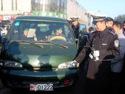 一白牌车辆司机违章 态度蛮横不服管理被滞留(图)