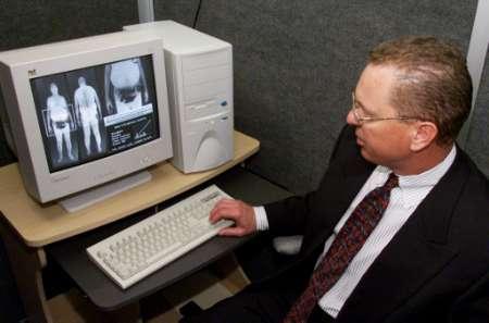 搜狐IT频道 美国机场安检部门安装可看清肌肤的透视仪