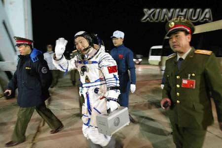 快讯:我国首次载人航天飞行的航天员叫杨利伟