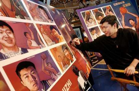 王治郅肖像邮票展出-大郅在宣传海报上签名(图文)