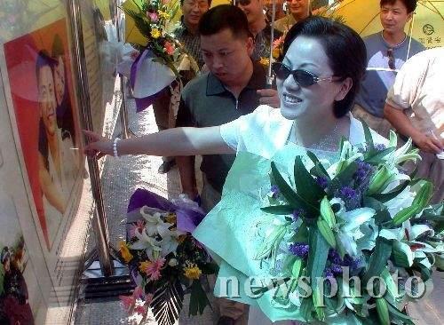 组图:海空卫士王伟的妻子杭州祭悼烈士亡灵