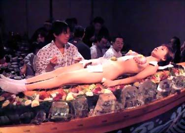 少女裸露身躯作盛器图