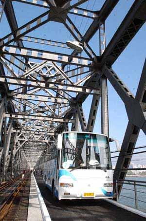 由国内赴朝鲜旅游的大客车通过修复后的丹东鸭绿江