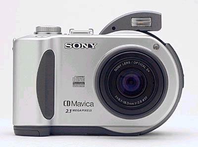 对于采用FLASH技术的各种存储卡的数码相机而言,在存储卡的价格与容量之间是很难取舍的,而索尼CD系列最大的特点便是采用了8mm CD-R/RW作为存储介质。这相当于在相机上集成了一个小型的CD-RW刻录机,几元钱的光盘便能达到156MB的存储容量,在接上电脑的USB接口后,还能把它直接当做一个刻录机使用,是不是很方便呢?这一点方面的优势相信是FLASH卡永远也赶不上的。不过缺点也有,那就是因为集成了CD刻录功能,在体积与重量方面不可能做的很小,而耗电量也是比较大的。      对这两款产品有兴