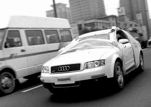 audi车-昨天中午,记者行车至北四环惠新东桥时看到,一辆崭新奥迪车竟蒙面图片