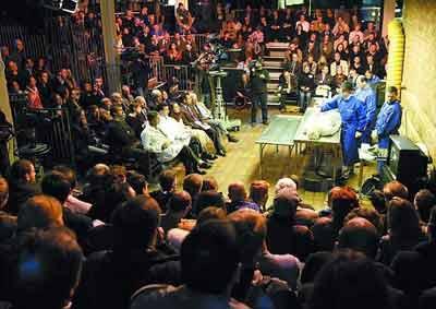 伦敦重演尸体解剖秀 电视直播500人入场观看(