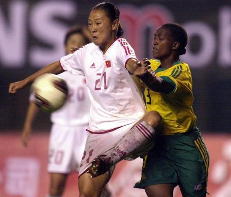 女足热身赛 中国4 0南非 滕巍拼抢当仁不让