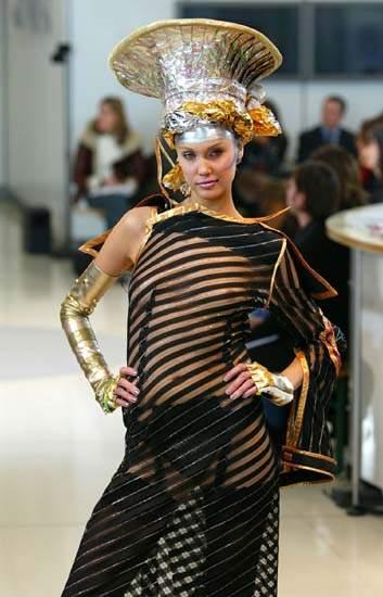 组图:巴黎2003春夏时装展 模特展示黑色透视装图片
