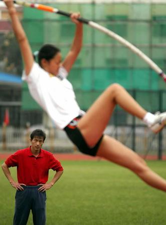 撑杆跳著名教练史美创指导爱徒高淑英图片
