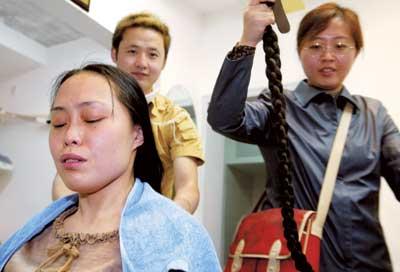 护士含泪剪落1.8米的长发(图)图片
