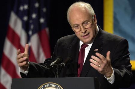 美国副总统切尼2002年8月7日在一次演讲中表示伊拉克总统萨达姆在不远