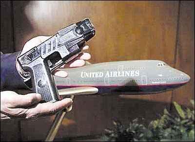 美国政府21日拒绝允许民航客机飞行员在驾驶舱中