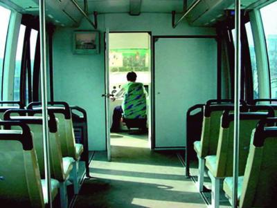 图为磁悬浮列车驾驶室和车厢内部
