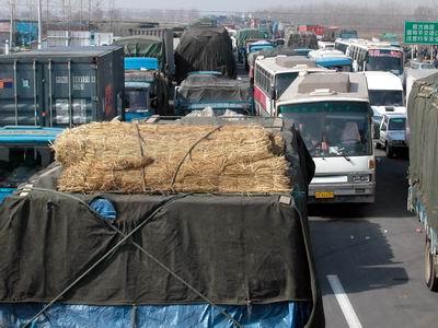 组图:大雾紧锁京沪高速扬州段 堵车长达16公里