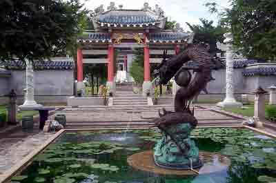 名为三国艺苑,占地广阔,风景秀美.