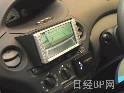 图2:显示根据前轮切角预测的泊车线路高清图片