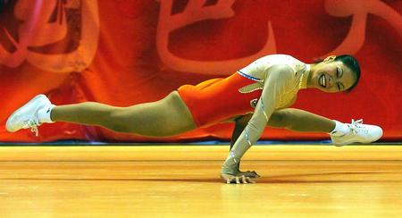 出暖花开性吧暴操亚裔美女_全国健美操锦标赛落幕 女子单人冠军玩杂技(图)