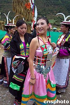 图文:白马风情节上藏族女模特