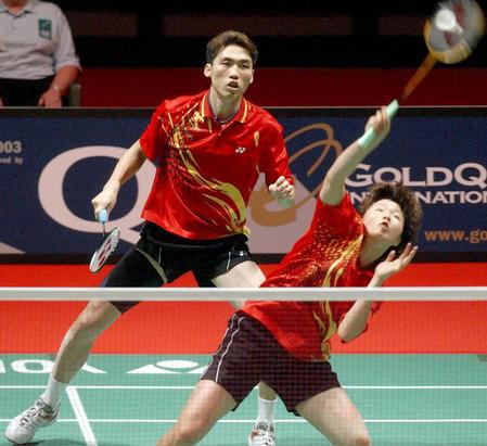 韩国选手获混双冠军 金东文 罗景民在比赛中