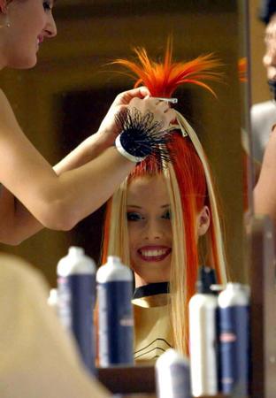 图文:展示发型的艺术-发型师在为模特梳理发型图片