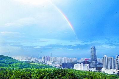 昨天下午,深圳市天空出现亮丽彩虹,深圳显得格外美丽.