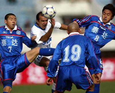 天津泰达2-1上海申花 索萨与天津队员争顶头球