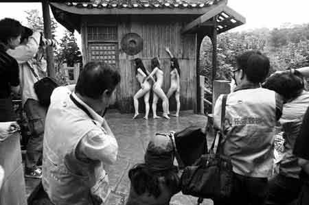 重庆人体模特大赛决赛 雨中全裸挑战传统(组图)