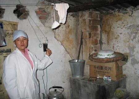 记者最近在云南农村调查时发现,贫困地区医疗设施和药品一方面极度