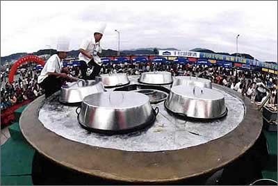 9月21日傍晚,游客在浙江省淳安县千岛湖目睹安放在千岛湖广场上的巨