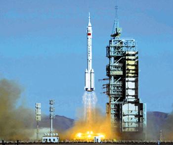 18时40分中国航天员在太空展示中国国旗和联合国国旗.
