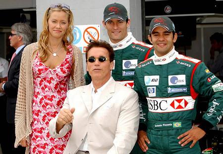 F1英国站 施瓦辛格与美洲虎车队车手合影