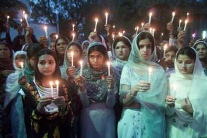 图文:巴勒斯坦少女为伊拉克点燃蜡烛祈祷和平